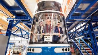 Sie waren schon drin: ABB-Schweiz-Chef Stéphane Wettstein, VBZ-Chef Guido Schoch und Christian Diewald, Chef von Bombardier Transportation Austria, im neuen Tram. Bild: VBZ/Bombardier