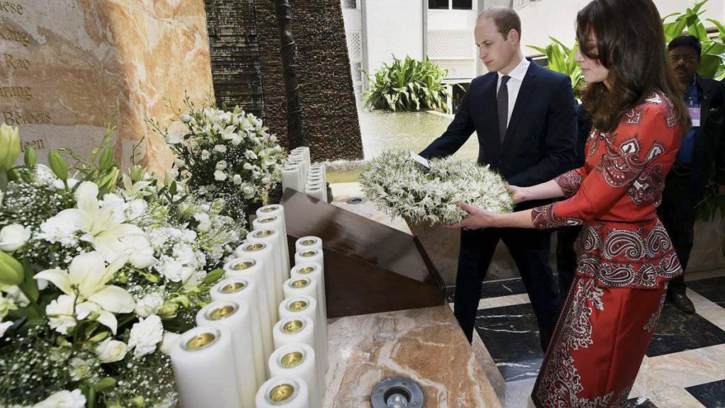 Prinz William und Prinzessin Kate legen gemeinsam einen Blumenkranz nieder in Gedenken an den Anschlag in Mumbai, bei dem über 160 Menschen getötet worden waren.
