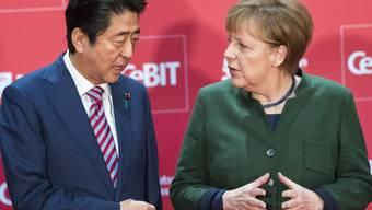 Bundeskanzlerin Angela Merkel eröffnet in Hannover mit dem japanischen Ministerpräsidenten Shinzo Abe die Computermesse CeBIT.