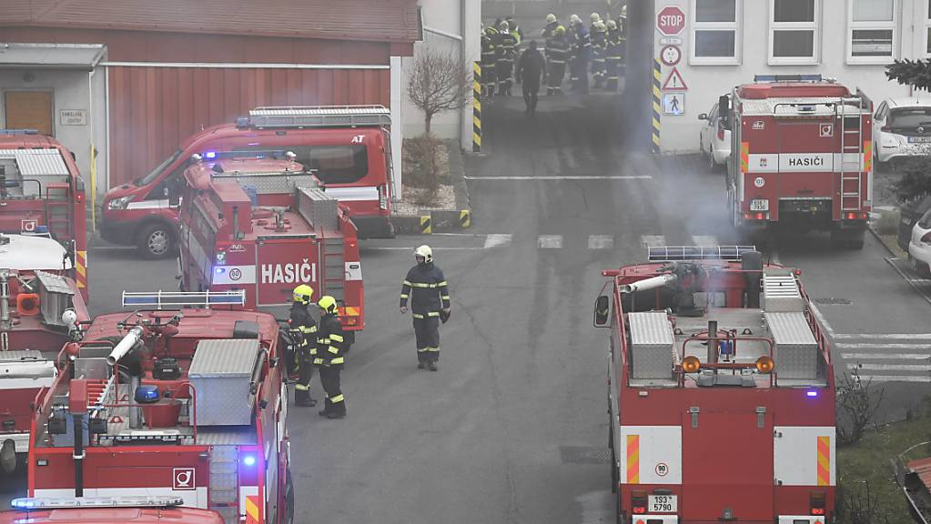 Feuerwehrleute sind in dem Kohlekraftwerk in Kolin im Einsatz. Foto: VÌt ?im·nek/CTK/dpa