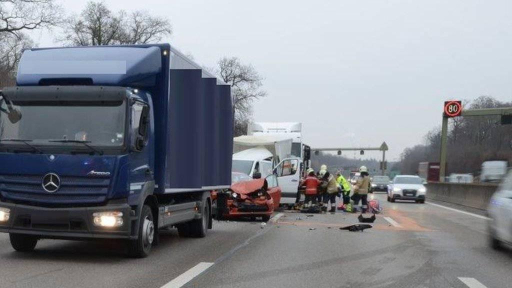 In den Auffahrunfall auf der Autobahn A2 bei Basel mit fünf Verletzen waren sechs Fahrzeuge verwickelt.