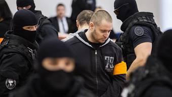 Überraschendes Geständnis: Rund zwei Jahre nach dem Mord an dem slowakischen Investigativ-Journalisten Jan Kuciak und seiner Verlobten hat der mutmassliche Todesschütze (Mitte, mit gelber Armbinde) überraschend gestanden. Bisher hatte der Angeklagte seine Schuld bestritten.