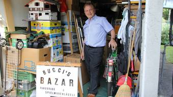 In einer angemieteten Garage stapeln sich Edmondo Buccinos Antiquitäten bis unter die Decke. Der 75-jährige Italiener ist auf jedes einzelne seiner Stücke stolz.