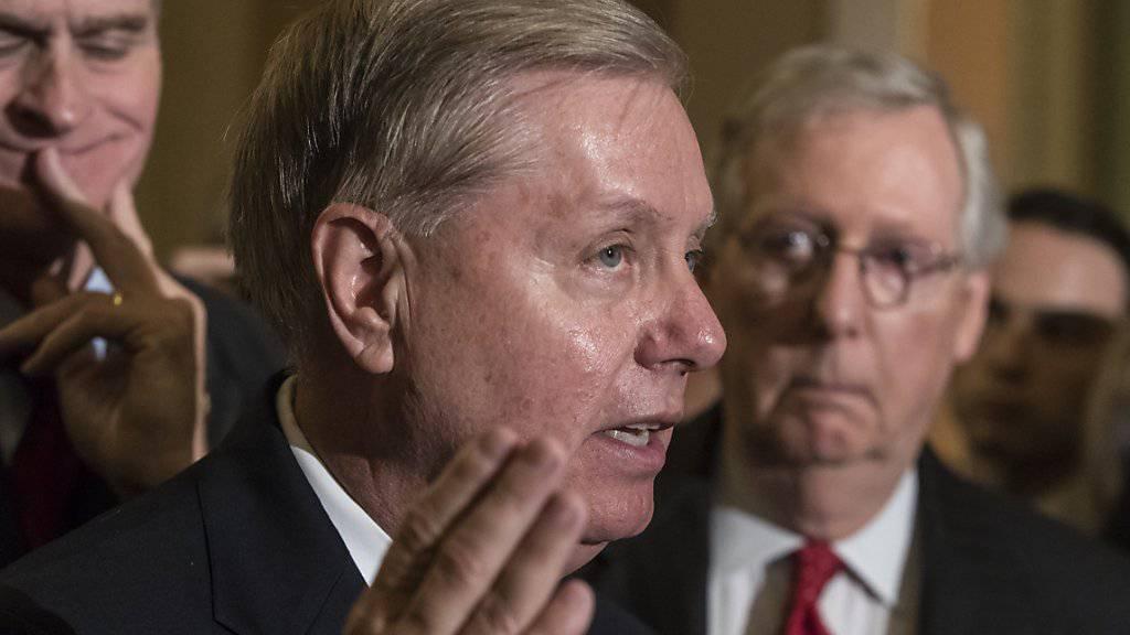 """Lindsey Graham, einer der Urheber des Gesetzes, mit welchem """"Obamacare"""" hätte abgeschafft werden sollen, informiert Journalisten über das Scheitern des Vorhabens."""