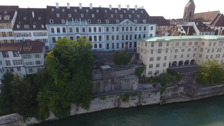 Von der alten Universität am Rheinsprung lässt es sich direkt auf den Rhein blicken.