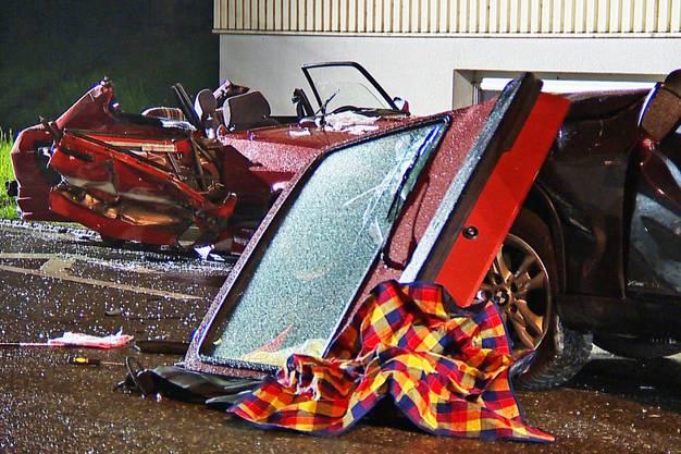Da in einem Fahrzeug beide Insassen eingeklemmt waren, musste die Stützpunkt Feuerwehr Muri Strassenrettung aufgeboten werden.