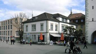 Plan für 2015: Blick vom Schlossbergplatz auf das neue Gebäude (links), rechts der Stadtturm. Visualisierung