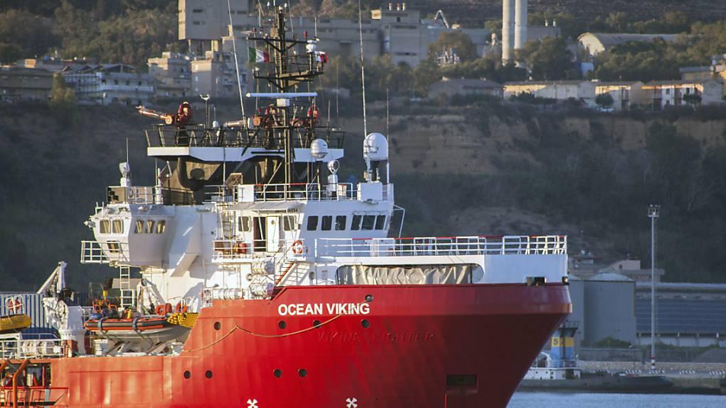 Das Rettungsschiff Ocean Viking liegt im Hafen von Porto Empedocle vor Anker.