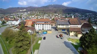 Auf dem rechts neben dem Spielfeld liegenden Grünstreifen soll ein Sommertreff für Jugendliche mit Container, Unterstand und Feuerschale entstehen