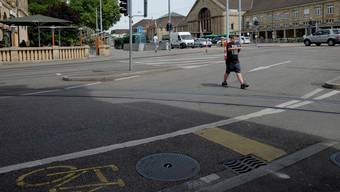 Schüler sind beim Überqueren der Rosentalstrasse selten allein. Meist sind sie auf ihrem Weg von Autos, Velos, Tram und Bus umgeben.