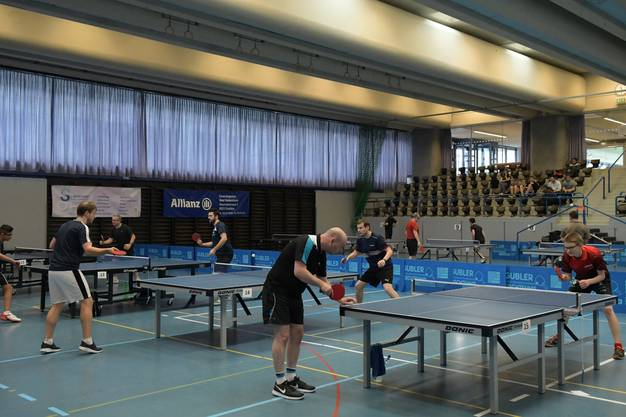 9561: Der Urdorfer Arthur Burda (links) im Final gegen Sämi Von Büren aus Zofingen. 9598: Der Urdorfer Arthur Burda (rechts) verliert den Final gegen Sämi Von Büren aus Zofingen (links). 9506/07: Mirco Deflorin (Mitte, vorne, mit Glatze) und Arthur Burda (Mitte, hinter Deflorin) spielen in der Kategorie 1 um den Einzug in den Final.