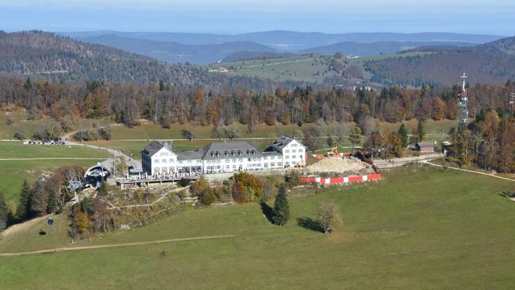 Der Rohstoff für die künftige Beheizung des Kurhauses steht auf dem Solothurner Hausberg in unmittelbarer Nähe bereit. Im Bild ist rechts die täglich wachsende Baugrube für den neuen Glaskubus-Anbau zu sehen.