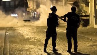 Polizisten setzen Tränengas ein