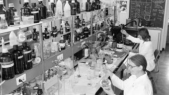 Das Schweizerische Tropen- und Public-Health-Institut soll von den beiden Trägerkantonen Basel-Stadt und Baselland mehr Geld erhalten. Das Bild eines Labors datiert von 1983.
