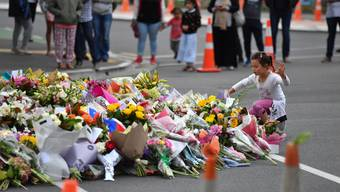 epa07441316 A child places flowers at a makeshift memorial near the Al Noor Masjid on Deans Rd in Christchurch, New Zealand, 16 March 2019. A gunman killed 49 worshippers at the Al Noor Masjid and Linwood Masjid on 15 March. The 28-year-old Australian suspect, Brenton Tarrant, appeared in court on 16 March and was charged with murder. EPA/MICK TSIKAS AUSTRALIA AND NEW ZEALAND OUT