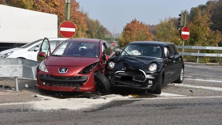 Bei der Kollision dieser beiden Autos wurde eine Fahrerin und ihr Sohn verletzt.
