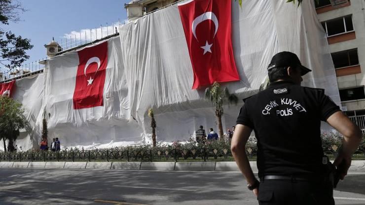 Ein türkischer Polizist am Ort des Bombenanschlags auf einen Polizeibus in Istanbul vom Dienstag mit elf Toten. Am Freitag bekannte sich die radikale Kurdengruppe Freiheitsfalken Kurdistans (TAK) zum Anschlag. (Archiv)