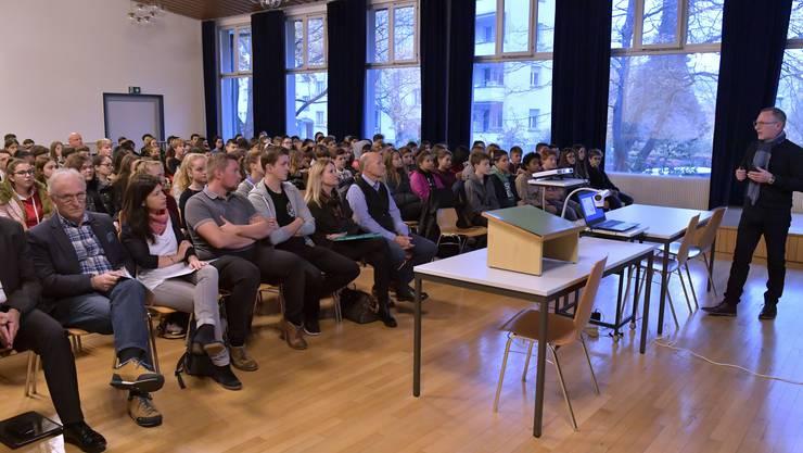 Rund 160 Schülerinnen und Schüler hörten in der Aula des Schulhauses IV Kurzreferate von Experten zum Thema Berufswahl und Berufsbildung.