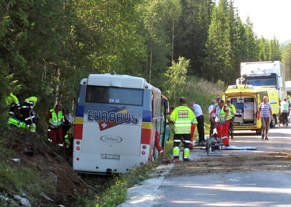 Der verunglückte Schweizer Reisecar und zahlreiche Helfer.