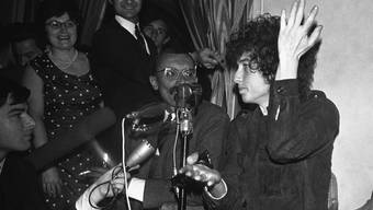 Bob Dylan (r) 1966 während seiner Welttournée in Paris. 50 Jahre später veröffentlicht er jetzt eine dicke CD-Box mit den Aufnahmen von damals. (Archivbild)