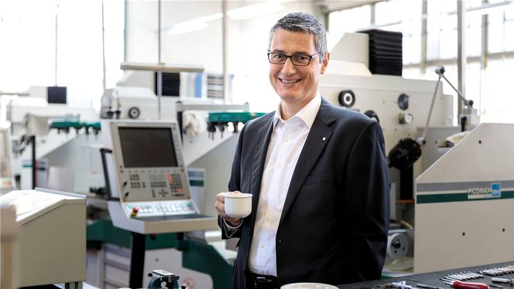 Swissmechanic-Geschäftsführer Enzo Armellino bei den Ausbildungs-Maschinen.