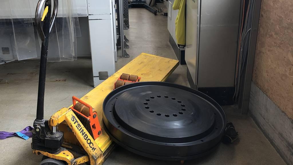 800 Kilogramm schweres Rad fällt auf Fuss eines Arbeiters