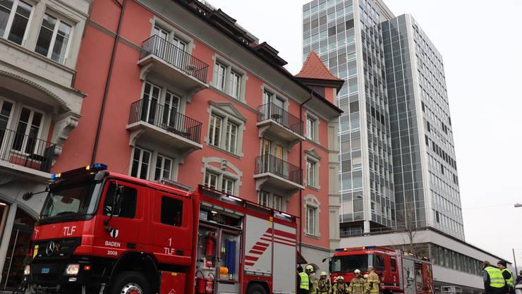 Die Feuerwehr rückte mit einem mittleren Aufgebot zum Gebäude an der Stadtturmstrasse 15 neben dem AZ-Hochhaus aus.