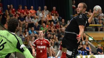 Der Basler Simon Wittlin holt im Cup-Spiel gegen den Aargauer Goalie Mihailo Radovanovic zum Schuss aus.