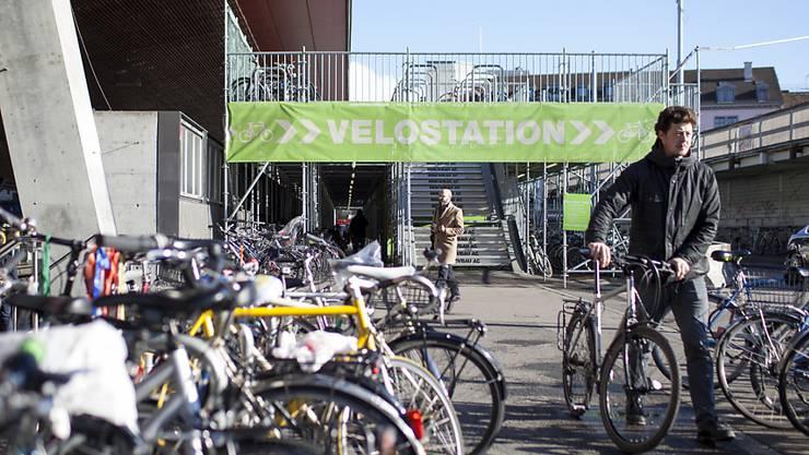 Die SBB baut das Angebot an Velo-Abstellplätzen an Bahnhöfen kontinuierlich aus. (Archivbild)