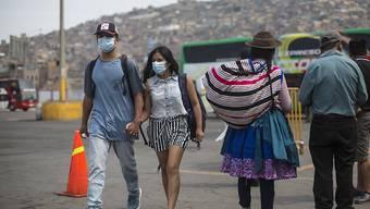 Um die Ausbreitung des Coronavirus in Peru zu verlangsamen, ergreift der peruanische Präsident Martin Vizcarra ungewöhnliche Massnahmen. So dürfen Männer und Frauen künftig nur an bestimmten Tagen getrennt nach Geschlecht auf der Strasse sein. Sonntags darf niemand das Haus verlassen. (Archivbild)