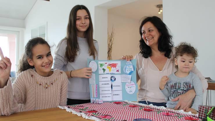 amara Valenciano wird seit sieben Jahren von ihrer Mutter Mayte unterrichtet. Ihre Schwester Garoe (links) besucht die Eggenwiler Primarschule.