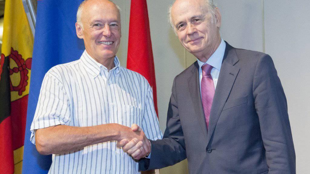Der neue und der scheidende Präsident der Auslandschweizer-Organisation: Remo Gysin (l.) und Jacques-Simon Eggly (r.).