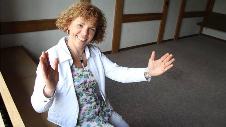 Eine erste Gemeinsamkeit: Daniela Businger zeigt, wie gross einer ihrer Spezial-Rindsspiesse sein wird. Ein Hecht sei auch in etwa so gross, meint die neue Pächterin der «Casa Hecht» in Rottenschwil. ROB