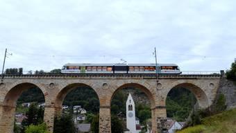 Möglichst schön statt möglichst schnell von Sissach nach Olten: Das Läufelfingerli fährt über das Rümlinger Viadukt.