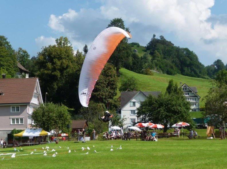 Ein Gleitschirmflieger landet bei Nesslau. (Bild: PD)