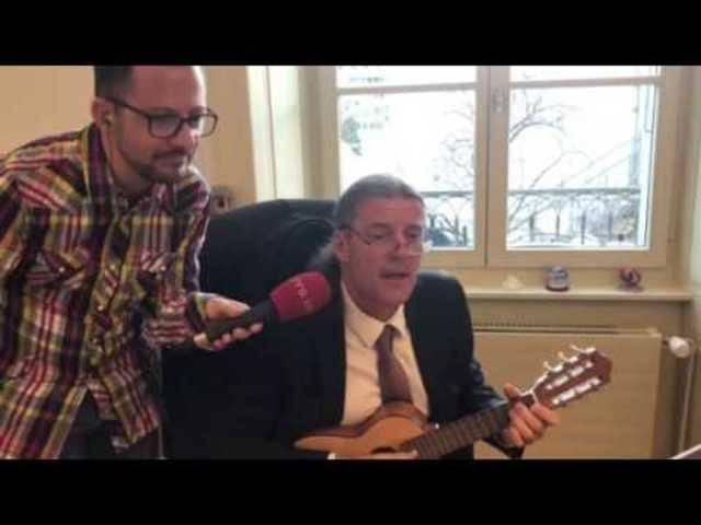 Oskar Freysinger gibt ein selbstkomponiertes Lied zum Besten