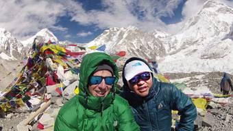 Daniel Buchs (l.) und Sherpa Ash Gurung auf dem Dach der Welt – fünf Monate vor dem schweren Lawinenunglück am Mount Everest.