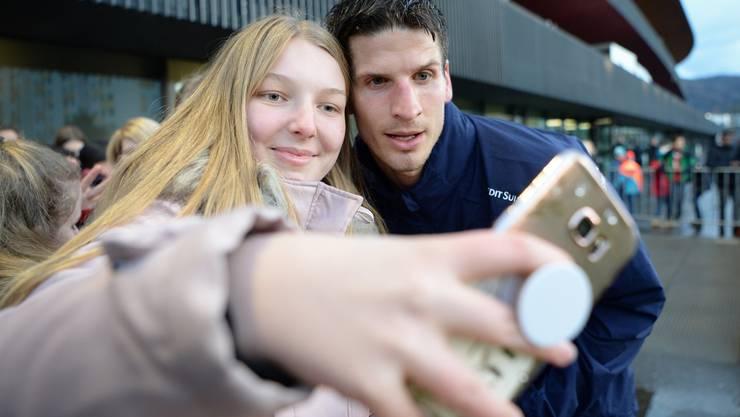 Egal, wo er ist: Timm Klose ist beliebt bei den Fans. Hier nach einem Training der Schweizer Nationalmannschaft in Zürich.(KEYSTONE/Melanie Duchene)