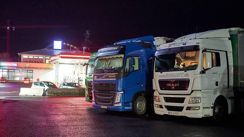 Sieben Anzeigen bei LKW-Fahrer bei Schwerverkehrskontrollen