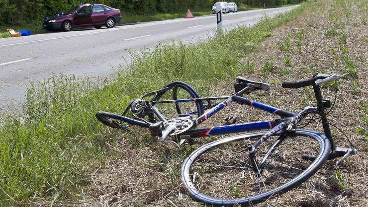 Ein Unfall im zürcherischen Oberembrach endete für einen Velofahrer tödlich. (Symbolbild)