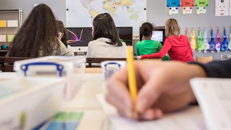 Bei vielen Lehrerinnen und Lehrern kommt die vorgesehene Einführung von Sammelfächern nicht gut an. (Archiv)