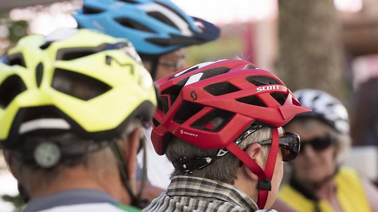 Mit Helm geht es besser: Wer dank E-Bike schnell unterwegs ist, schützt seinen Kopf.