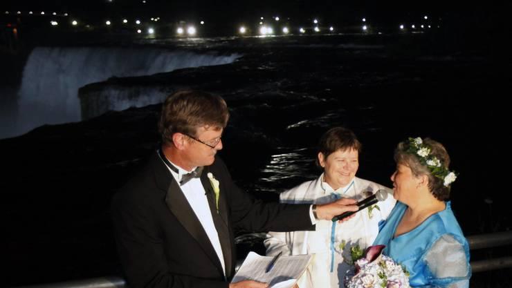 Paul Dyster traut das Paar Kitty Lambert und Cheryle Rudd.