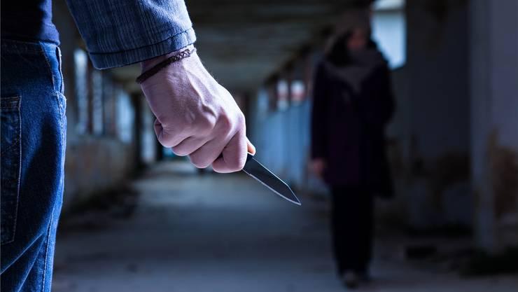 Am Donnerstag wurde eine Frau bei einer Auseinandersetzung durch eine Stichwaffe schwer verletzt. (Symbolbild)