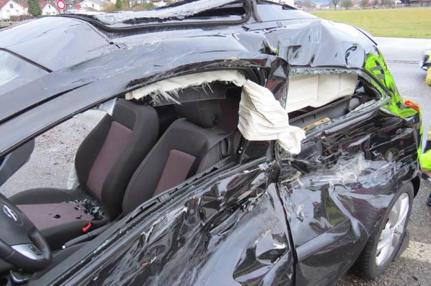 Bei einer seitlich-frontalen Kollision zwischen einem Lastwagen und einem Auto auf dem A1-Zubringer bei Lenzburg hat sich der 19-jährige Autofahrer Verletzungen zugezogen.