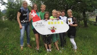 Nicole Hess von der Schulpflege Scherz (links), die 6. Klasse der Schule Scherz sowie Maja Doumbouya, Gründerin von «Yeelen», bei der Spendenübergabe.