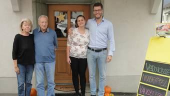 Nach über zehn Monaten hat Laupersdorf wieder eine eigene Bäckerei. Von links: Käthi und Heinz Enggist-Meier (Besitzer der Liegenschaft), Martina Dennler (neue Pächterin der Bäckerei) und ihr Partner Benjamin Capaul.
