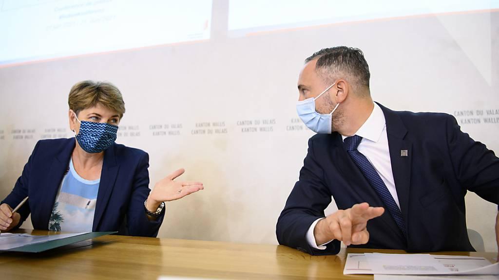 Verteidigungsministerin Viola Amherd (l.) und der Walliser Staatsrat Frédéric Favre an der Medienkonferenz in Sitten.