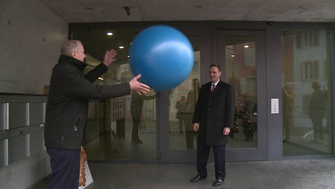 «Halte den Ball flach»: Regierungsrat Stephan Attiger übergibt symbolisch den Schlüssel an Jean-Pierre Gallati, dem neuen Vorsteher des Departements Gesundheit und Soziales.