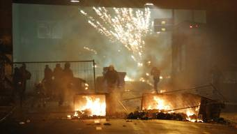 Samstag, 5. März: Vermummte blockieren eine Strasse und zünden beim Anrücken der Polizei Container an. Elf Polizisten werden verletzt.